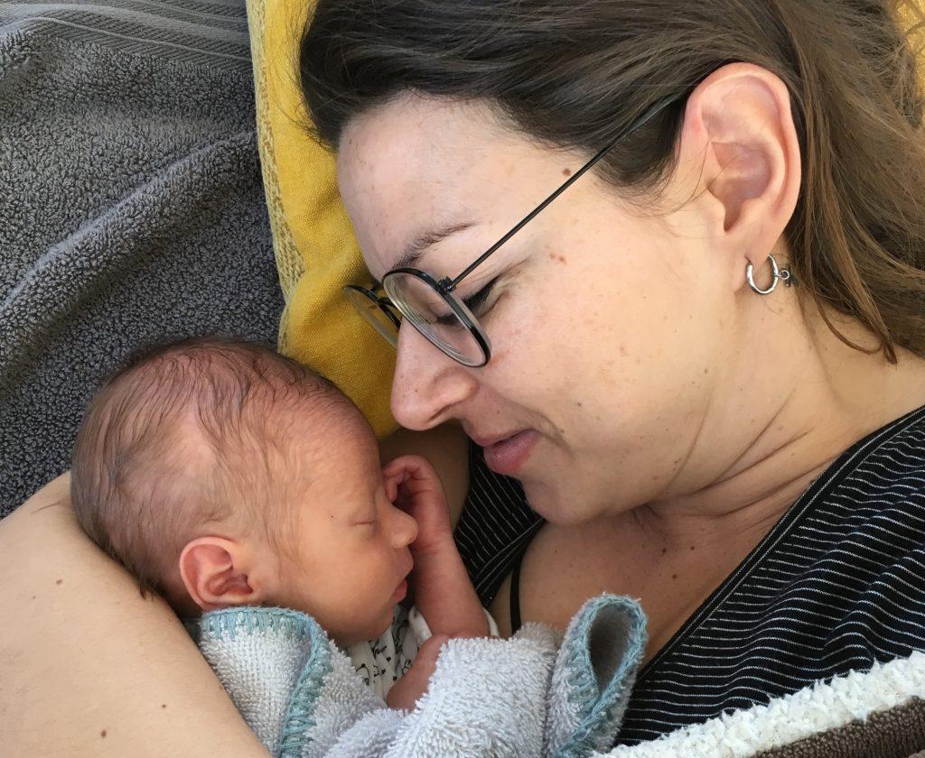 Nathalie met haar pasgeboren baby